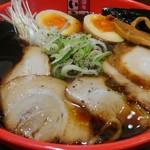 富山ブラック 麺家いろは - 富山ブラック、ネギ玉ラーメンにチャーシューをトッピングしてみました。