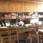 和食賛美 あやの - 店内。8Fはカウンターもある明るいスペースで、右奥のエリアは窓際テーブル席です。