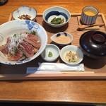 和食賛美 あやの - まぐろ中とろ炙り丼、1,550円。 ランチでは毎回オーダーするお気に入りのヒ1品です。