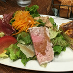 Bonne qúela - ベーコンとオニオンのキッシュ&美食家風サラダ・グルマンド
