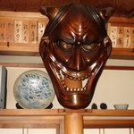 寿司龍 - 中央に大きなお鬼の面、印象に残ります。