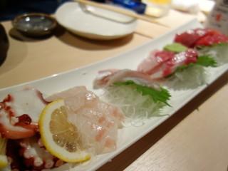 気まぐれ厨房会津わいがや - 刺し盛り、鯛は食べごろ、ハマチは鮮度良し