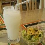 インドヤレストラン - サラダとラッシー