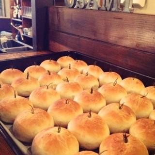 毎日自家製のフォカッチャとライ麦パン