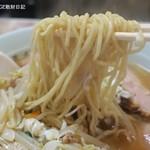 平和軒 - 麺は縮れの中細麺