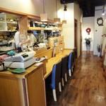 カレー&カフェ かのん - 入口から少し入った店内の様子。手前の左側と、奥の右側にテーブル席があります。