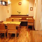 欧風カレー食堂 jizi ジジ - 隠れ家の様な明るい店内