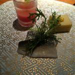 54093847 - 前菜,手前が鮎の酢〆