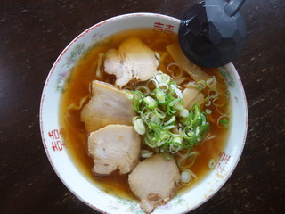 すがい食堂 バイパス店 - 喜多方ラーメン(\650税込み)かなり金がかかっているスープなので小さめの器になります