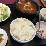 中華餃子坊 - 麻婆豆腐セット 650円。山椒風味ではない唐辛い系です。