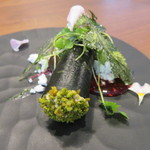 54103290 - フォアグラのムースのワカメ巻き キャラメリゼしたピスタチオ、アーモンドパウダー フランボワーズと木苺のソース2