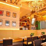 Cinnamon's Restaurant - テーブル4名様×18