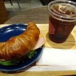シアトルズ ベスト コーヒー - ◆クロワッサンサンド・ハム&チェダーチーズ(400円)をオーダーし、ドリンクはアイスコーヒーをチョイス。