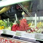 Gelateria ViTO 平尾店 - 小さな店舗ですが、ジェラートのショーケースがとってもキレイで華やかさ満開です。