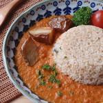 カフェクアラ - 奥多摩でしかとれない幻のジャガイモ、治助の素揚げがトッピングされたオリジナルカレー