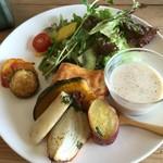 54110852 - サラダ 真ん中のは野菜のキッシュ