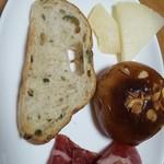 54121896 - オリーブ入りカンパーニュ、レーズンのパン、チーズ