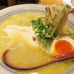 鳥鶏研究団 - 『こってり白湯(ぱいたん)ラーメン』を頂きました。                             なんて、美しいビジュアルでしょう♪                             とっても濃厚ですが、鶏臭さや雑味がない上質なスープです。