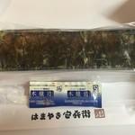 54126140 - 割り箸と醤油が添えられています