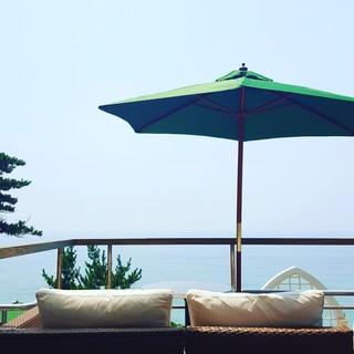 海が見渡せるロケーションでランチとカフェのひと時を!