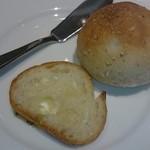 54136938 - 右の丸いパンは自家製