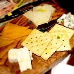 アジアンビストロ横浜バリバール - チーズの盛り合わせ