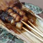 桃山餅 - みたらしだんご☆  小ぶりでもっちりしたお団子に甘過ぎず程よいタレ♫ここのみたらし大好きです♡٩(๑><๑)۶