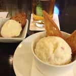 54152401 - お通しのクリームチーズバケットと、ポテトサラダ。