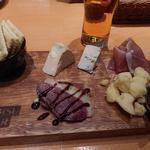 54156557 - チーズと生ハムの盛合せ1382円