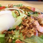 北海道らーめん奥原流 久楽 - カリカリの揚げ玉みたいなものも沢山振りかけられています。 タレは冷やし中華みたいではありますが、味噌が効いていて、甘さも強め。
