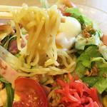 北海道らーめん奥原流 久楽 - 中華麺なので、冷やすとかなりクニクニとコシがあります。