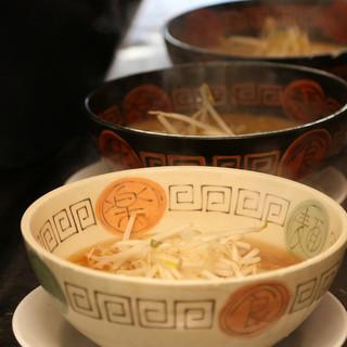 スープに至高し、生の鶏ガラから取るダシの旨さが魅力!
