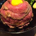 肉と生パスタの店 - 名物 レアローストビーフ丼 並 850円