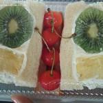 54169075 - 圧巻のフルーツサンド キウイが丸ごと!