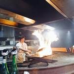 わらやき屋 - かつを藁焼き中のファイヤー