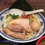 つけ麺や 武双 - トッピングは、大きなチャーシュー2枚に味玉、貝割れ、海苔、糸唐辛子