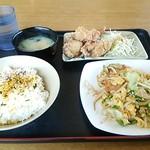 おふくろ亭 - 野菜炒め 唐揚げ 味噌汁 ごはん中 731円