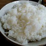 まる美食堂 - ご飯は柔らか目の炊き加減で香り米を使用。