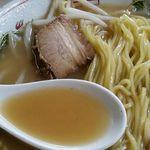 まる美食堂 - 麺には中細ストレートで時間の経過とともに柔らかくなります。 スープは豚骨醤油味であっさり^^ チャーシューは小さいけど下味もついて美味しい!