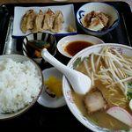 まる美食堂 - ラーメン定食680円