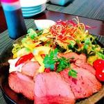 マーマレードカフェ - 黒田庄牛のローストビーフ丼。 スープとドリンクセットです。