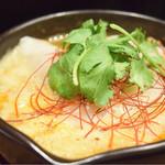 東京餃子 あかり - 坦々水餃子+パクチー@680円:味付けは良いが、改善の余地有り。