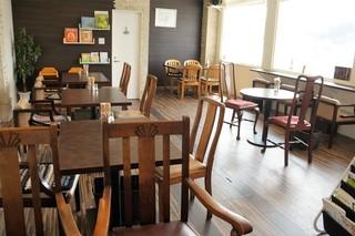 フルール - 店内全景、広くてゆったり、いろんなテーブル席が楽しい店内です