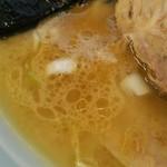 光家 - 見た目よりあっさりなスープ。