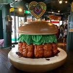 ラッキーピエロ - 巨大なハンバーガーオブジェに腰掛けろ!