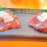 Kujiranotomisui - 鯨の刺身、皮下と赤身