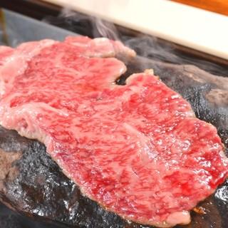 老舗の食肉直営店が経営。独自の石焼スタイルでブランド牛を。