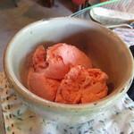 カフェ ハナナ - イチゴのヨーグルトアイス ¥350
