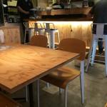 とろさば料理専門店 SABAR - 店内はテーブル席とカウンターが機能的に並びます