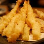 和食と立喰い寿司 ナチュラ - エビ、キス、さつまいも、みょうが、オクラの天ぷら盛り合わせ